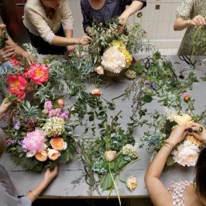 Copiii au intrare gratuită și lucrează împreună cu părinții la un atelier floral de relaxare.