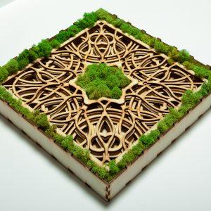 Tabloul decupat cu laser și decorat cu licheni.